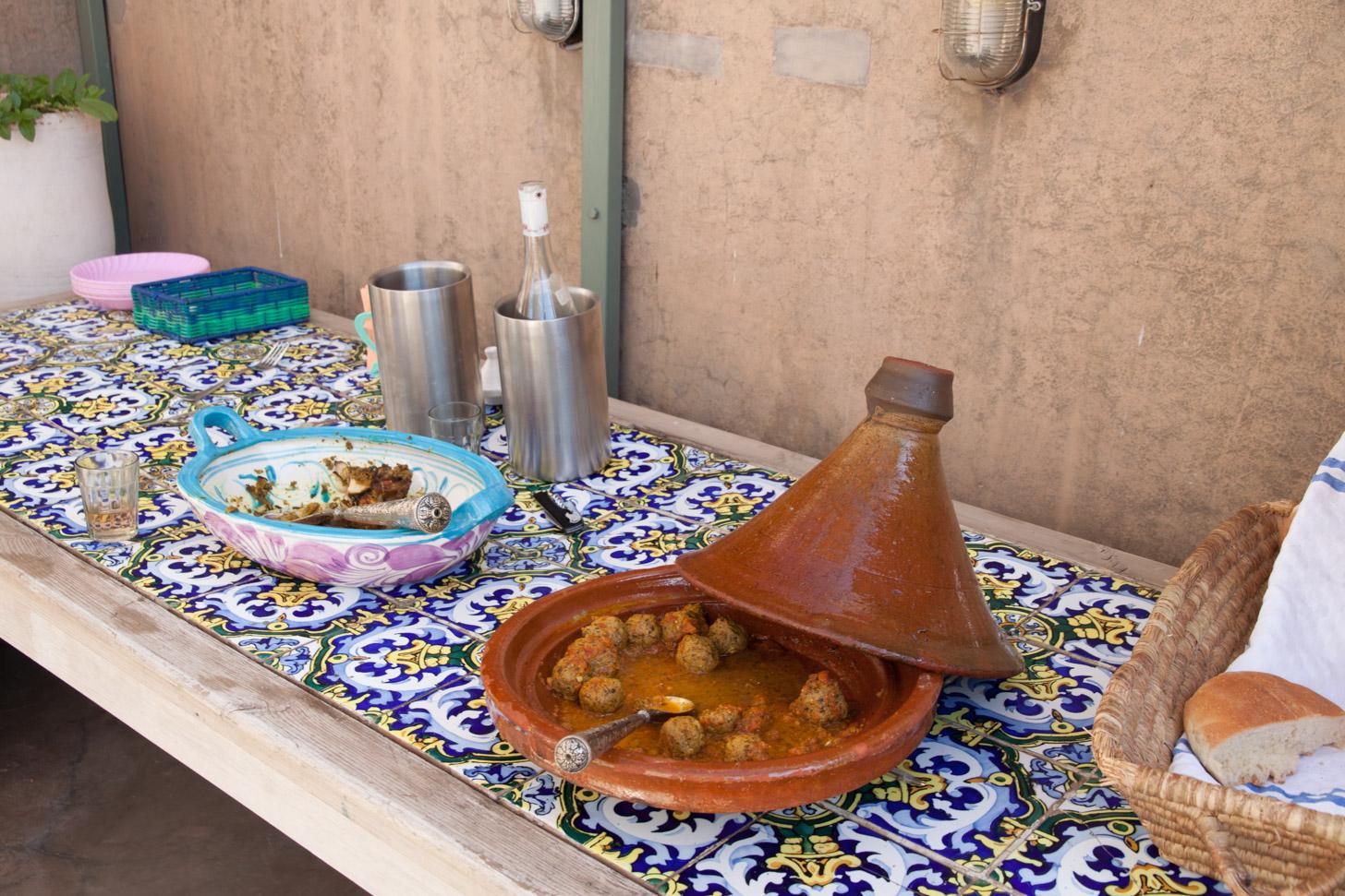 De tajine wordt gebruikt om lekkere stoofpotten te maken